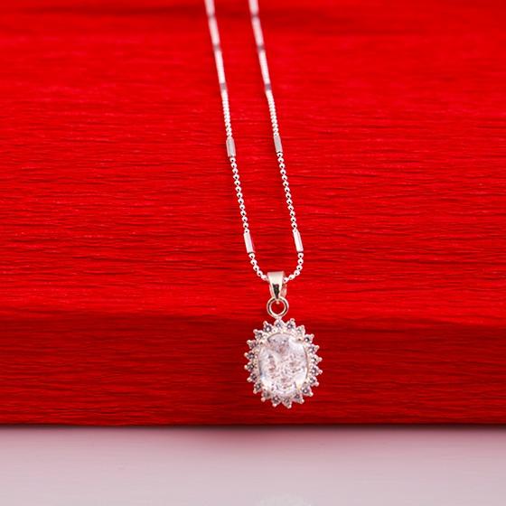 Dây chuyền bạc Opal T07 kèm mặt đá Ross hình mặt trời có giá giảm 15% còn 550.000 đồng. Dây chuyền dài 43 cm, dạng hạt nhỏ. Mặt dây đính viên đá to hình bầu dọc, thiết kế giống như mặt trời với những tia nhỏ có đính hạt tấm.