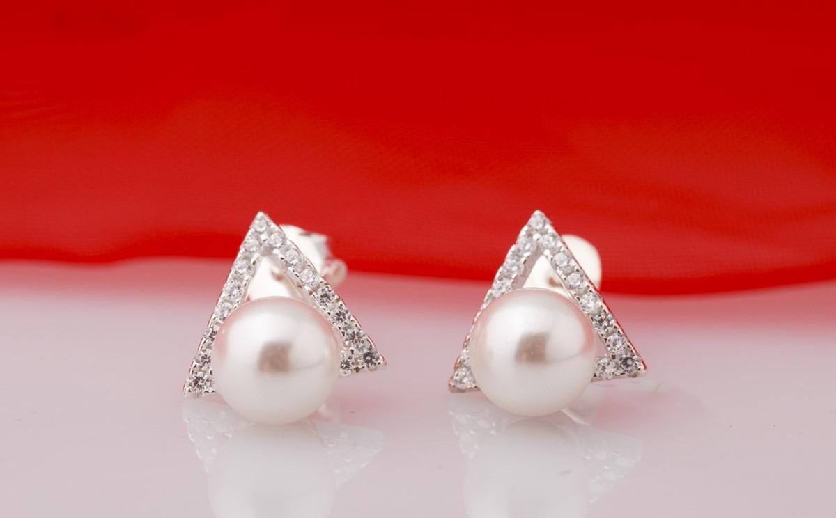 Thay vì chỉ đeo một viên ngọc trai tròn đơn giản, chị em có thể thử thiết kế nổi bật hơn với bông tai đính kèm viền đá trắng hình tam giác Opal ET5-07. Sản phẩm hiện có giá giảm 40% còn 330.000 đồng (giá gốc 550.000 đồng).