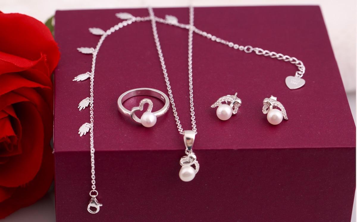 Bộ sản phẩm bạc và ngọc trai Opal SPT6-02 gồm mặt dây chuyền, dây chuyền, nhẫn, hoa tai và lắc. Thiết kế trẻ trung, nữ tính, kết hợp giữa đá trắng và ngọc trai hồng, tạo điểm nhấn cho người đeo. Bộ trang sức có giá 870.000 đồng, giảm 40% so với giá gốc.