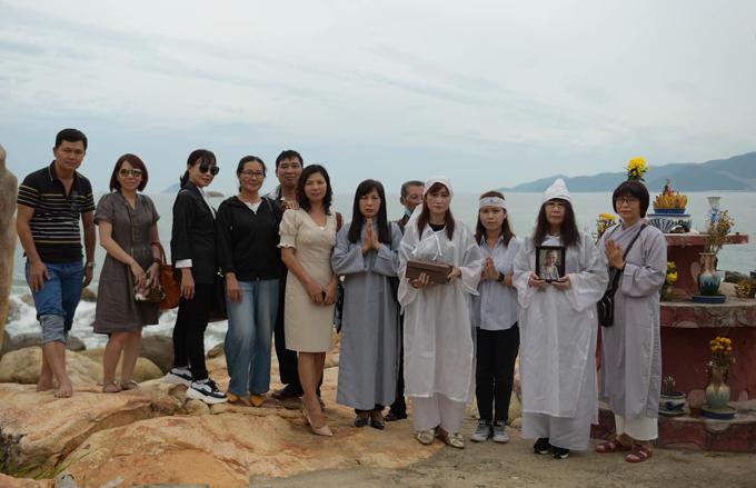 Hiền Mai cùng chị gái và một số người thân chụp ảnh trước khi thực hiện nghi thức rải tro cốt mẹ xuống biển.