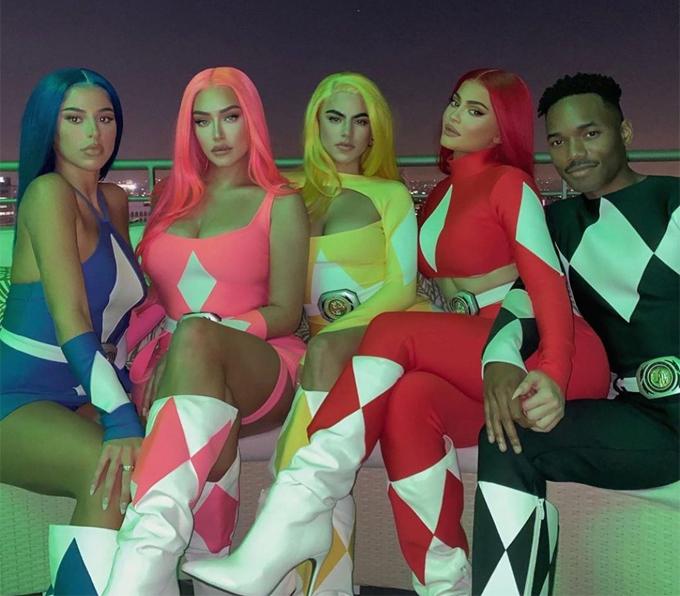 Tối 29/10, Kylie cùng nhóm bạn hóa thân thành 5 anh em siêu nhân.