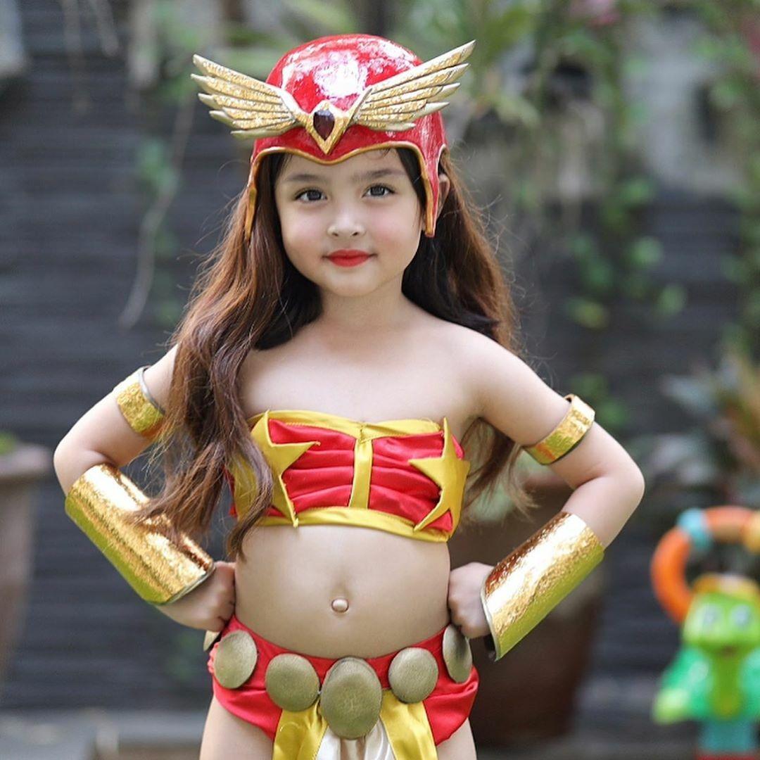 Đây không phải lần đầu tiên cô bé 5 tuổi được hóa trang. Trước đây, em đã được mẹ cho hóa thân thành Darna, Dyesebel - hai vai diễn biểu tượng của mẹ trên sóng truyền hình.