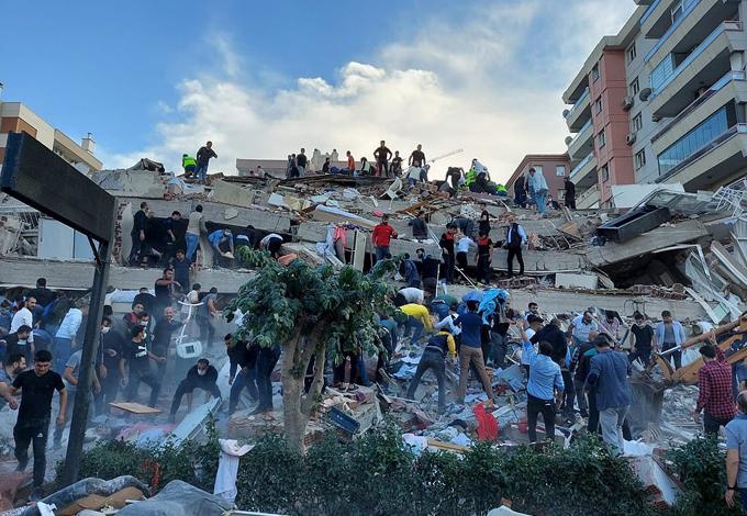 Một tòa nhà ở Izmir, Thổ Nhĩ Kỳ, bị sập sau động đất. Ảnh: Reuters.