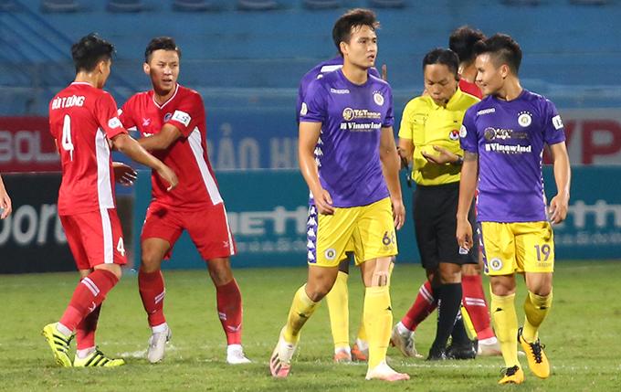 Bùi Tiến Dũng lao vào tranh cãi khi cầu thủ Hà Nội đòi trọng tài rút thẻ vàng thứ hai với anh. Ảnh: Đương Phạm.