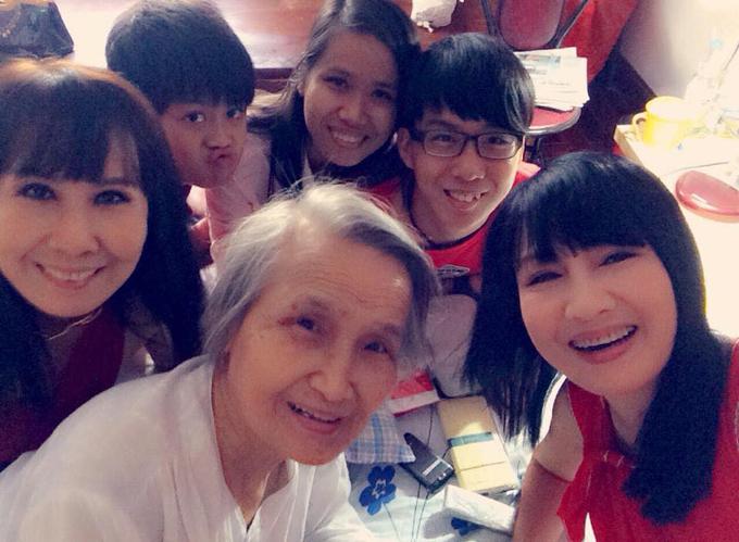 Mẹ Hiền Mai - bà Lê Thị By (áo trắng) - bên hai con gái và các cháu ngoại khi còn sống.