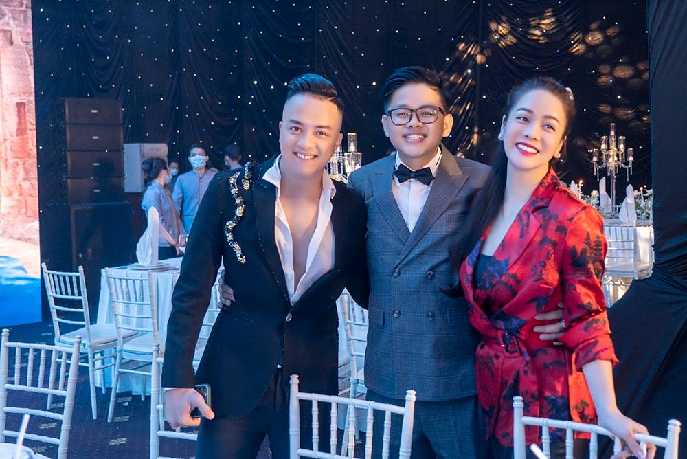 Ca sĩ Cao Thái Sơn (trái) và diễn viên Nhật Kim Anh (váy đỏ) cùng tới chung vui trong ngày trọng đại của Simon Tứ.
