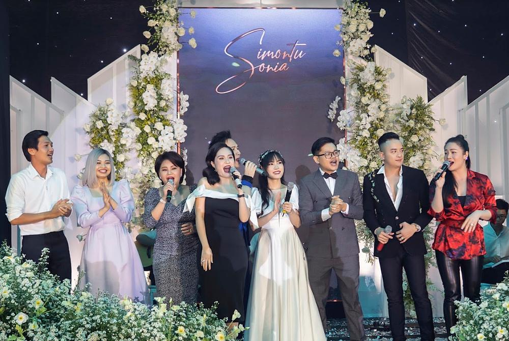Trên sân khấu rất nhiều những gương mặt quen thuộc song ca cùng cô dâu – chú rể : Nhật Kim Anh, Cao Thái Sơn, Lê Giang – Lê Lộc, Quang Tuấn, Di Băng