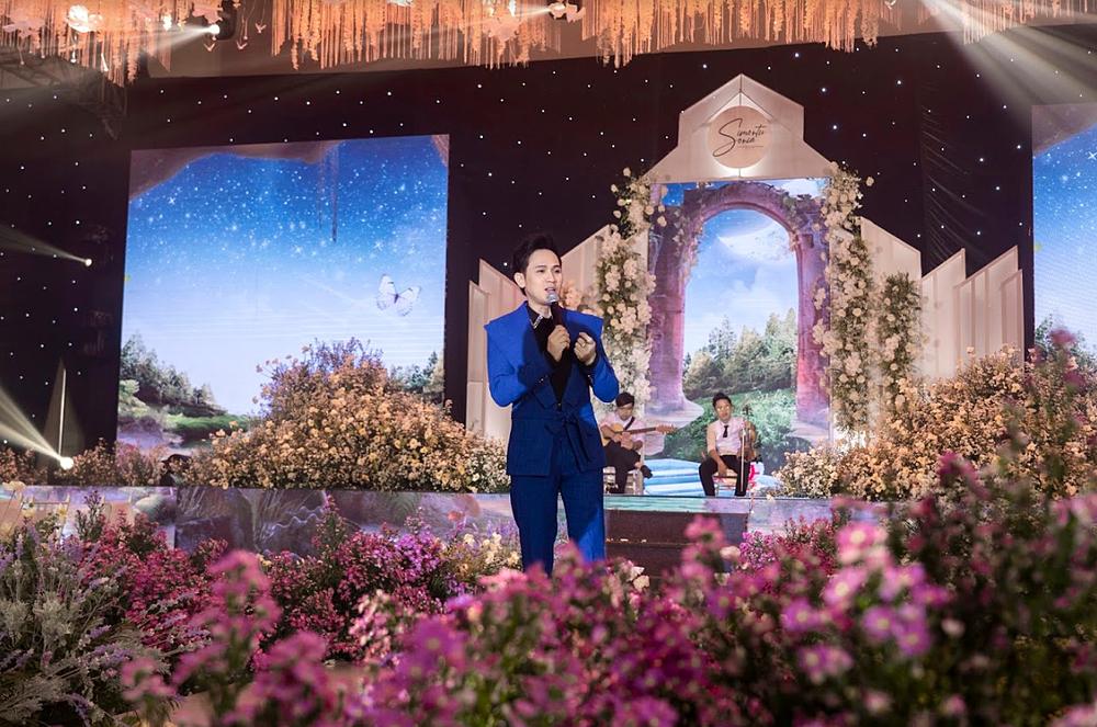 Ca sĩ Nguyên Vũ hát tặng cô dâu - chú rể.