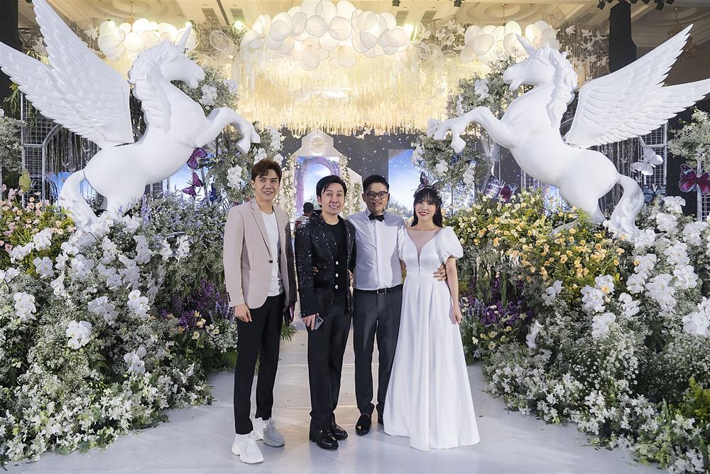 Nghệ sĩ Vũ Luân (thứ hai từ trái sang) diện vest thanh lịch.