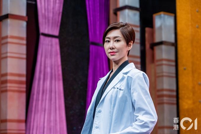 Sau hai năm nghỉ ngơi hoàn toàn, Hồ Định Hân trở lại đóng phim. Đã hơn 10 năm, cô mới để lại kiểu tóc tém năng động và mạnh mẽ.