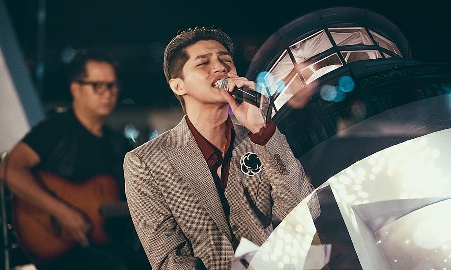 Noo Phước Thịnh làm show trên ngọn hải đăng cổ