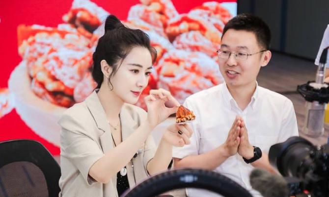 Nữ hoàng livestream Viya Huang là một trong những ngôi sao livestream bán hàng chạy nhất trên Taobao. Ảnh: SCMP.