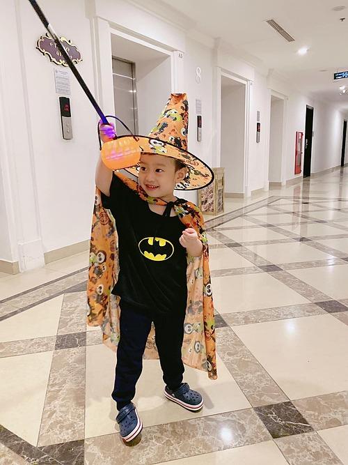 Con trai của diễn viên Việt Anh và vợ cũ Hương Trần trong trang phục Halloween.