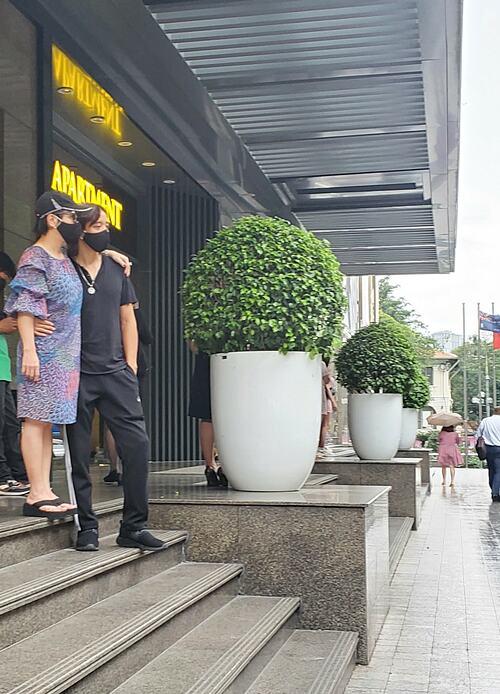 Nghệ sĩ Việt Hương đăng ảnh tiết lộ chênh lệch chiều cao của mình ông xã.