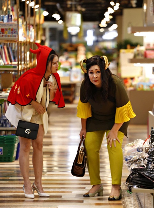 Diễn viên Kha Ly (trái) và nghệ sĩ Hồng Vân gây cười dù trang phục của họ trong đêm Halloween rất khó đoán.