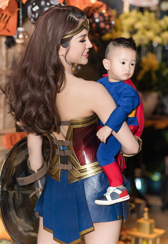Con trai Bboy của nữ diễn viên vừa tròn 1 tuổi. Bé sinh gần ngày với chị gái 2 tuổi nên Diệp Lâm Anh tổ chức sinh nhật chung cho hai con.