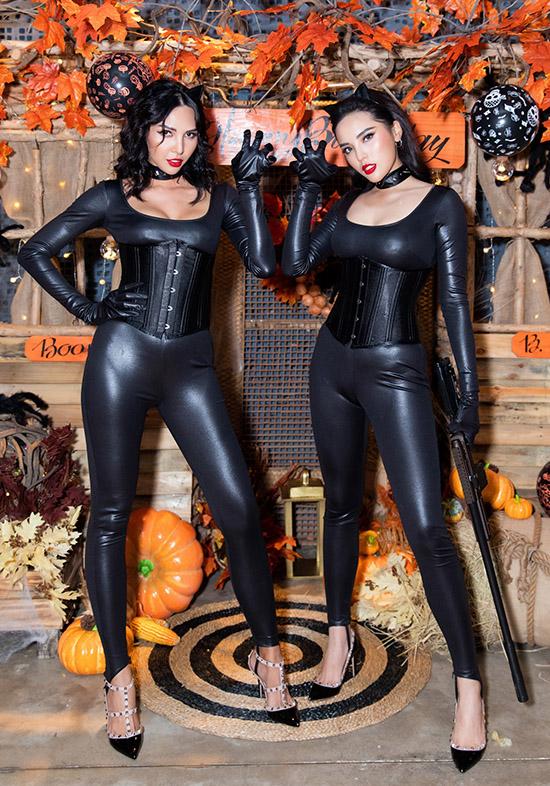 Kỳ Duyên - Minh Triệu hoá trang hai nàng mèo sexy với trang phục da bó sát. Cả hai là thành viên hội bạn thân của Diệp Lâm Anh.