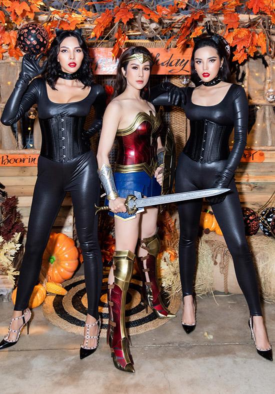 Ba người đẹp hào hứng đọ thần thái trong đêm Halloween. Đây là lần đầu Diệp Lâm Anh được hoá trang dự tiệc với bạn bè trong dịp lễ hội này. Hai năm trước cô đều mang bầu sắp sinh nên bỏ qua sự kiện này.