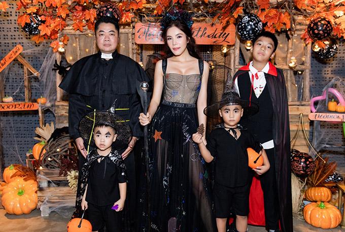 Gia đình Kiwi Ngô Mai Trang ấn tượng với trang phục ton-sur-ton đen của phù thuỷ
