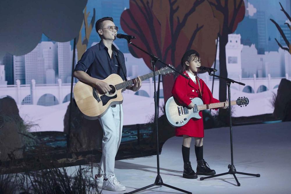 Hoàng Bách và con gái - bé Mèo - mang đến ca khúc I love you family để mở màn bộ sưu tập của Rabity.