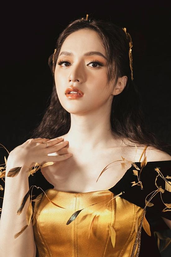 Hương Giang thu hút ánh nhìn khi trình diễn một chiế váy gam màu vàng nổi bật.