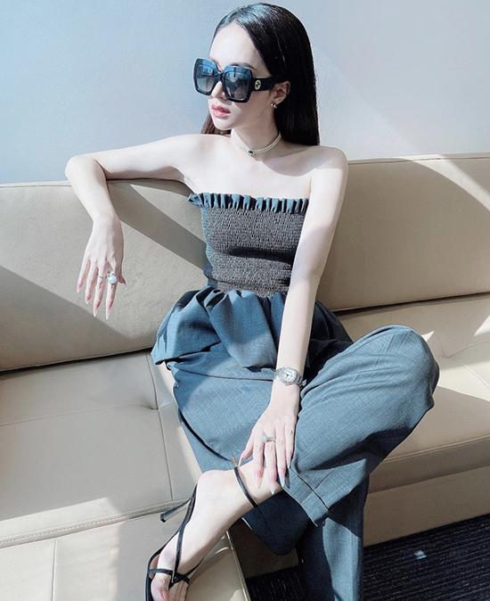 Áo ống dạng chun eo, trang trí bèo nhún xinh xắn được Hương Giang sử dụng cùng quần âu phom dáng độc đáo.Sự bất đối xứng về phom dáng của hai trang phục lại mang đến nét hài hòa cho tổng thể.