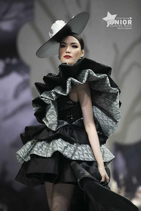 Lan Khuê kiêu kỳ trong thiết kế của Tạ Linh Nhân - Dorii. Bộ sưu tập sử dụng lụa cao cấp, mang hơi thở thời trang của quý cô Paris thập niên 80.