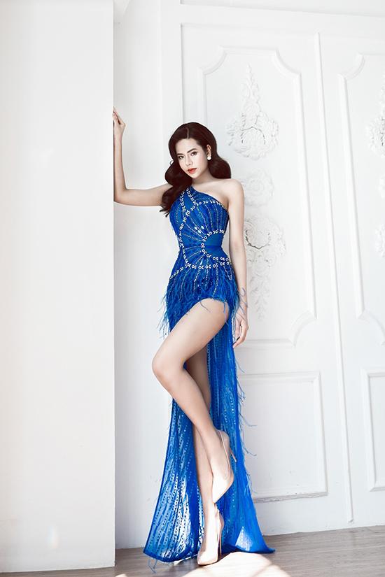 Chiếc váy dạ hội màu xanh lam xẻ đùi làm nổi bật làn da trắng nõn của Minh Tâm. Chi tiết sequins ton sur ton với vải được tạo hình kéo léo để nhấn nhá vào vòng eo thon gọn.