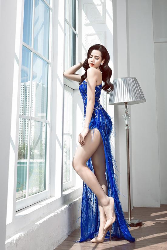 Đường xẻ cao giúp người đẹp thoải mái di chuyển khi dự tiệc đồng thời khoe được đôi chân dài nuột nà.