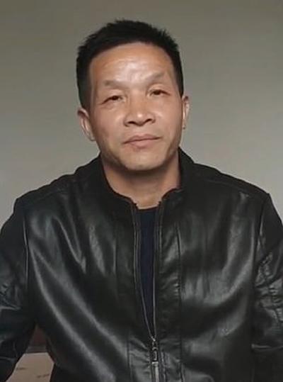 Ông Zhang Yuhuan chia sẻ sau phiên tòa vừa diễn ra hôm 30/10. Ảnh: Douyin.