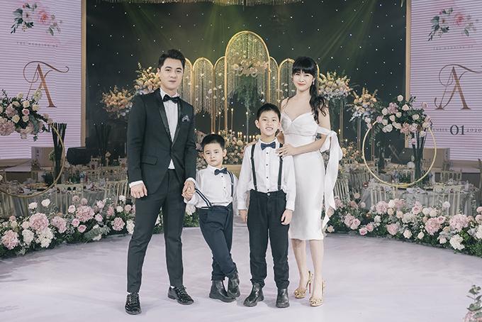 Các con trai của cặp vợ chồng cũng tới dự đám cưới của dì.