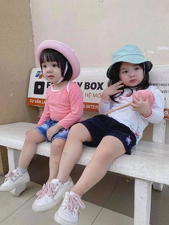 Sát tuổi nhau nên hai chị em rất thân thiết. Bảo Ngọc cũng thường chọn đồ ton-sur-ton cho hai con gái cưng mỗi khi ra đường.