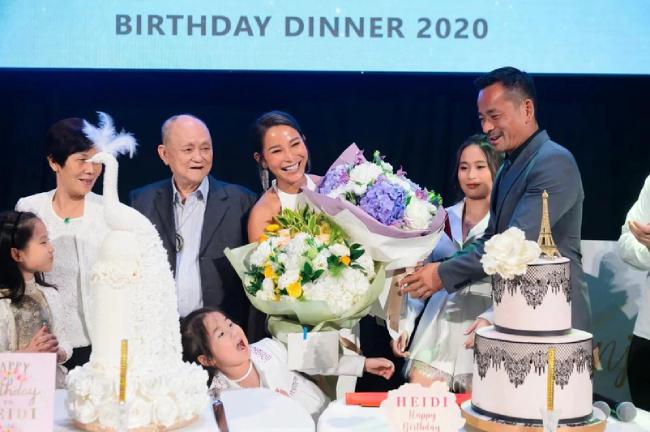 Alvin Chau, ông chủ của Sun Entertainment, Macau hôm 31/10 tổ chức sinh nhật cho vợ, doanh nhân Heidi Chan. Bữa tiệc có sự hội ngộ của bạn bè, người thân của cặp đôi, cùng bố mẹ hai bên và các con chung, riêng. Heidi và Alvin bên nhau tình cảm trong buổi tiệc, cho thấy họ đã bỏ qua quá khứ để có thể bên nhau, tiếp tục vun đắp tổ ấm.