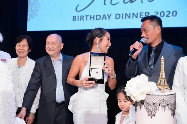 Trước sự chứng kiến của mọi người, Alvin Chau tặng vợ chiếc nhẫn kim cương bự, làm cô vô cùng bất ngờ và hạnh phúc.