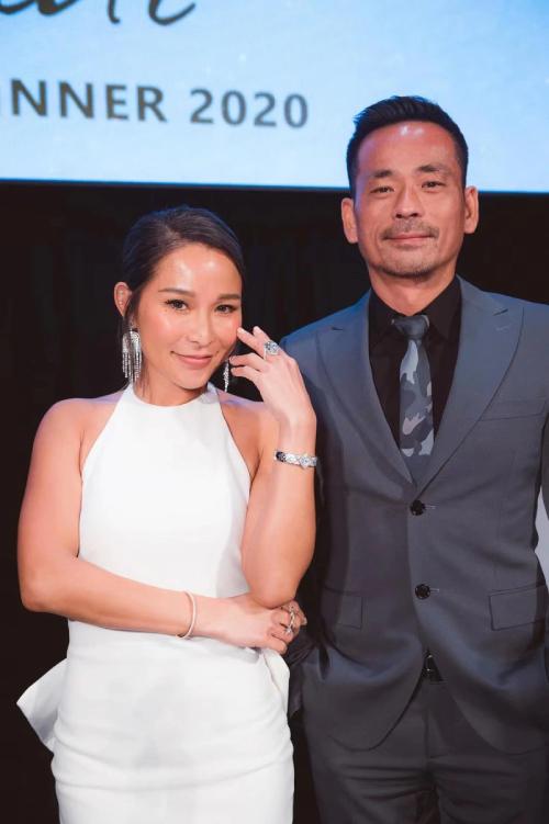 Cặp đôi bên nhau trong bữa tiệc sinh nhật. Alvin Chau được cho là đã chia tay vợ bé Mandy Lieu về mặt giấy tờ (anh công khai việc đường ai nấy đi, rồi chia cho cô một khoản tiền lớn, là phí chia tay). Tuy nhiên theo nhiều tờ báo Hong Kong, họ vẫn thi thoảng hội ngộ ở Thái Lan. Dù sao đi nữa thì Heidi giờ đây cũng không bận lòng vì điều đó, hoặc chí ít là cô đã không thể làm gì khác ngoài chấp nhận với thái độ khuất mắt xa trông. Gần đây, cô rất vui vẻ với chồng, không còn thái độ mặt nặng mày nhẹ như trước.