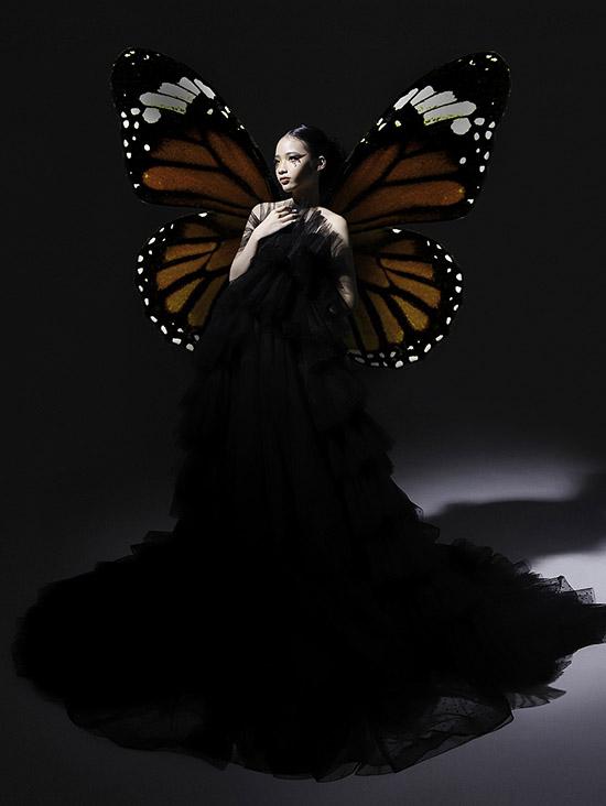Mẫu nhí hoá thân nàng bướm xinh đẹp với đạo cụ là đôi cánh gắn sau lưng.