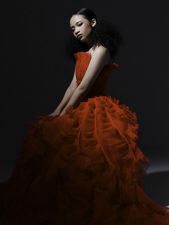 Bảo Hà lộng lẫy, ra dáng thiếu nữ với váy dạ hội đỏ cúp ngực, tùng xoè rộng bồng bềnh.