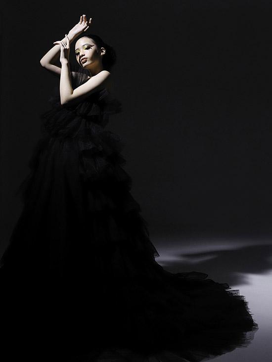 Mẫu nhí rất thích các kiểu váy áo xếp tầng may bằng chất liệu sang trọng, bồng bềnh như vải voan.