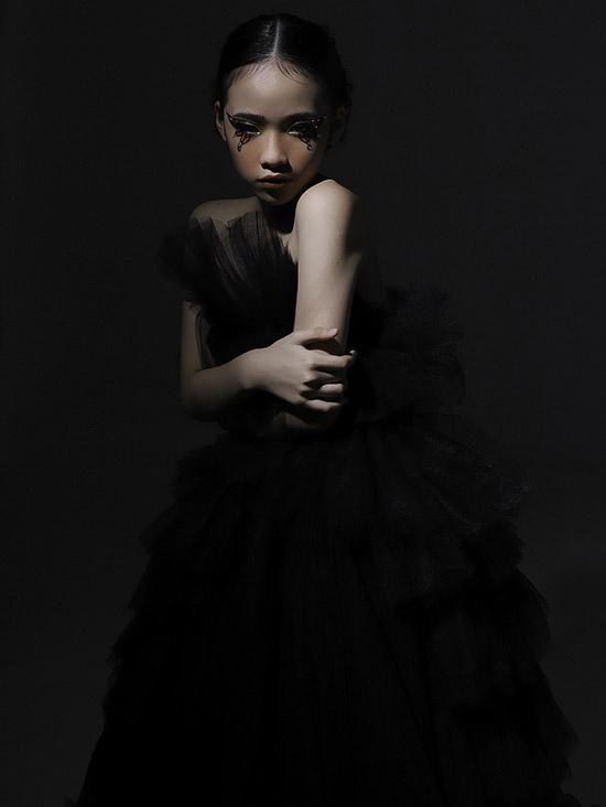 Cô bé trang điểm ấn tượng, nhấn vào phần mắt để tạo phong cách ma mị, bí ẩn cho bộ ảnh.