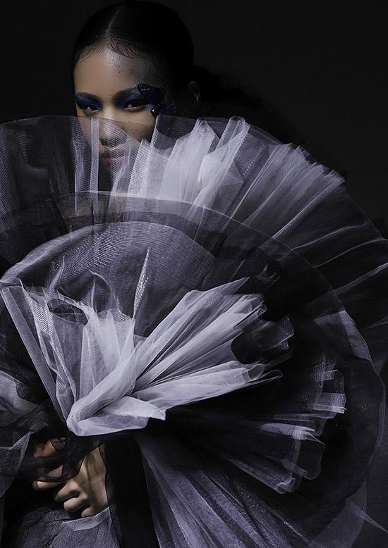 Bộ ảnh do chuyên gia trang điểm Lâm Nguyễn, stylist Thanh Tuyền Nguyễn hỗ trợ thực hiện.