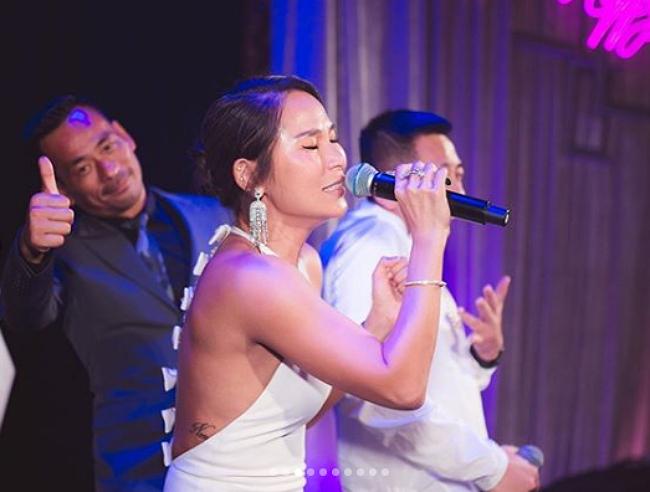 Heidi biểu diễn ca khúc Hạnh phúc giản đơn cô yêu thích tại tiệc sinh nhật, chồng con hát phụ họa.