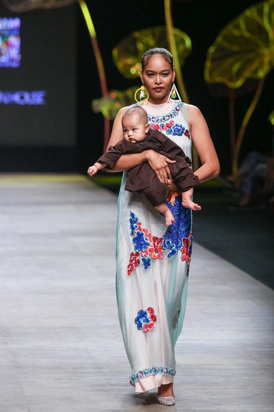 Lâm Thu Hằng bế con làm vedette trong bộ sưu tập Viên mãn ra mắt tại Vietnam International Fashion Week 2016. Viên mãn là bộ sưu tập của những cung bậc cảm xúc, là câu chuyện về niềm hạnh phúc được làm phụ nữ, làm vợ, làm mẹ trong mọi thời đại.