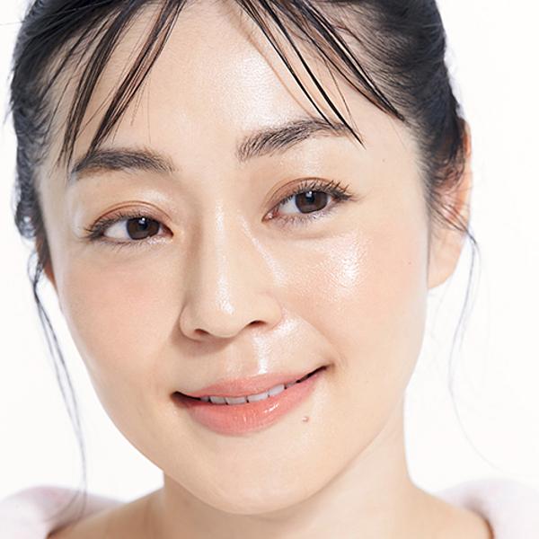 Cô Azumi Tsuda khoe làn da căng mướt ở tuổi 42.