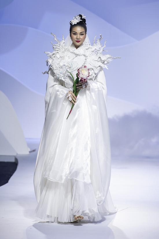 Siêu mẫu Thanh Hằng được Thủy Nguyễn tin tưởng trao cho vị trí vedette ở bộ sưu tập Tìm người trong mộng tại triển lãm cưới năm 2020.