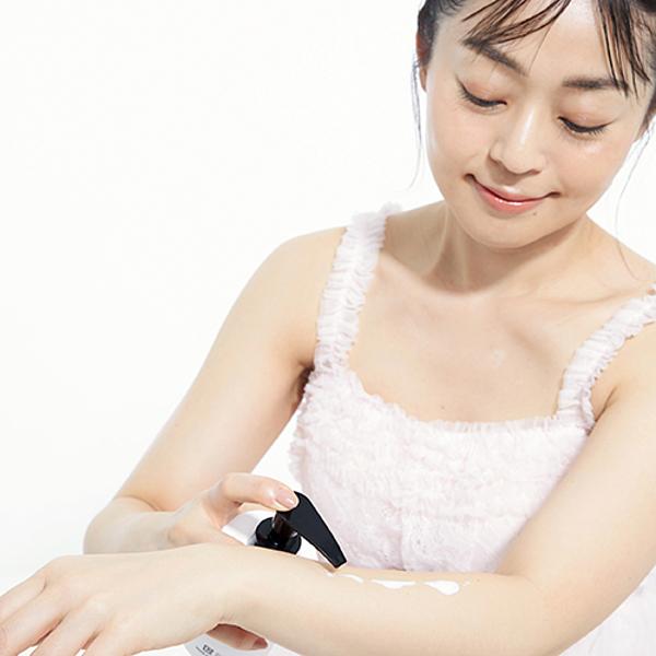 Không chỉ chăm sóc da mặt, cô còn chăm chỉ thoa kem dưỡng thể hai lần mỗi ngày.
