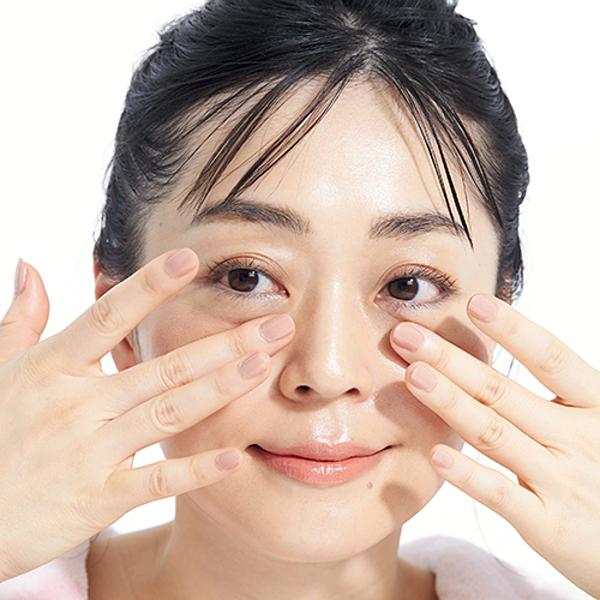 Triết lý làm đẹp của cô Azumi Tsuda là luôn bổ sung độ ẩm đầy đủ cho da từ khi da chưa xuất hiện các dấu hiệu lão hóa.