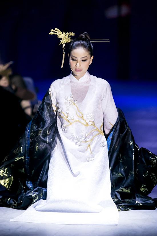Hình ảnh Phạm Hương trong chiếc áo dài trắng thêu hoa đào sau khi trút bỏ lớp trang phục cầu kỳ đã đưa người phụ nữ Việt Nam trở về với vẻ đẹp tinh khôi và cảm xúc nguyên bản.
