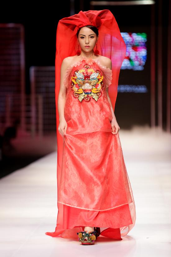 Nét đẹp châu Á của hoa hậu Kỳ Duyên tiếp tục là niềm cảm hứng cho bộ sưu tập Mộng mị của nhà thiết kếThủy Nguyễn ra mắt năm 2017 trong khuôn khổ Vietnam International Fashion Week Spring Summer.
