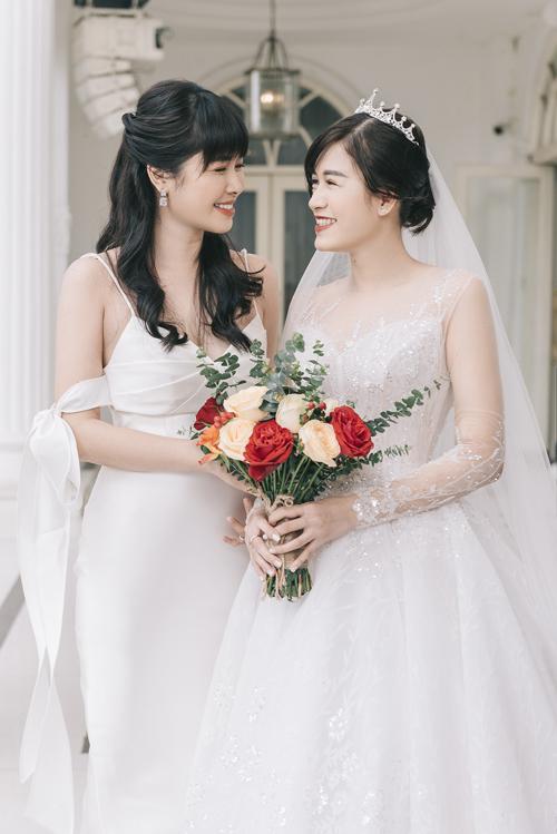 Đến trưa cùng ngày, cô dâu Thủy Tiên thay váy thứ hai mang tên Paisley, thuộc dòng váy làm lễ cao cấp, có giá bán 80 triệu đồng, giá thuê 40 triệu đồng.