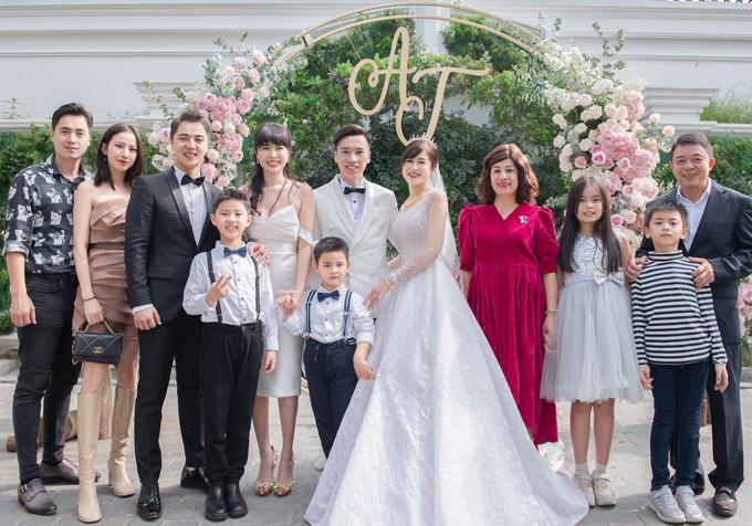 Thủy Tiên kết hợp vương miện đội đầu khi diện váy cưới dáng xòe. Bố mẹ, gia đình em trai Đăng Khôi đều xuất hiện, hai con của Đăng Nguyên với vợ trước cũng góp mặt trong đám cưới của dì Thủy Tiên.